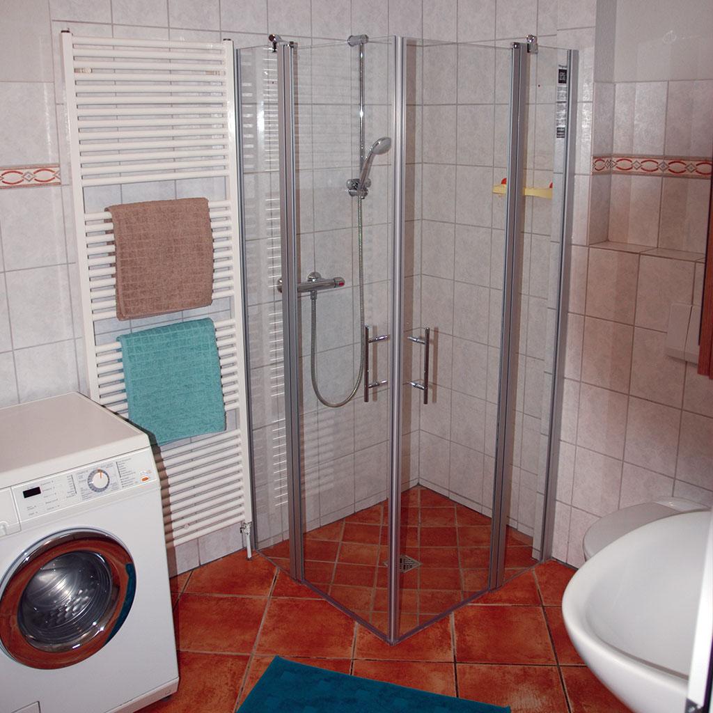Mit großer Dusche und Badewanne